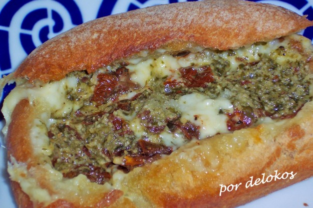 Chapatita con queso, tomate seco y pesto