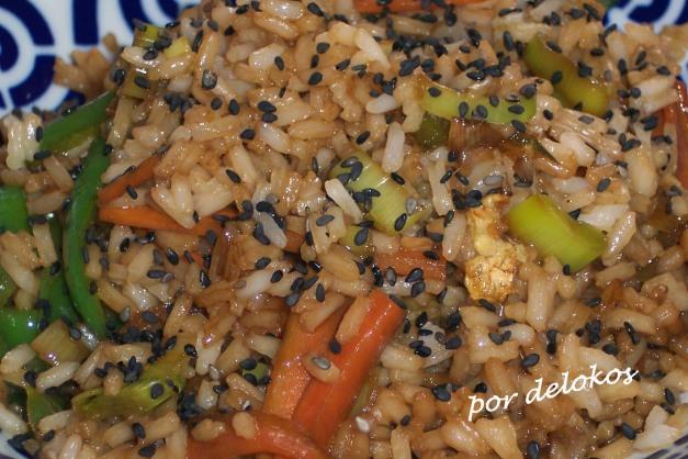 Arroz frito con verduras y sésamo negro