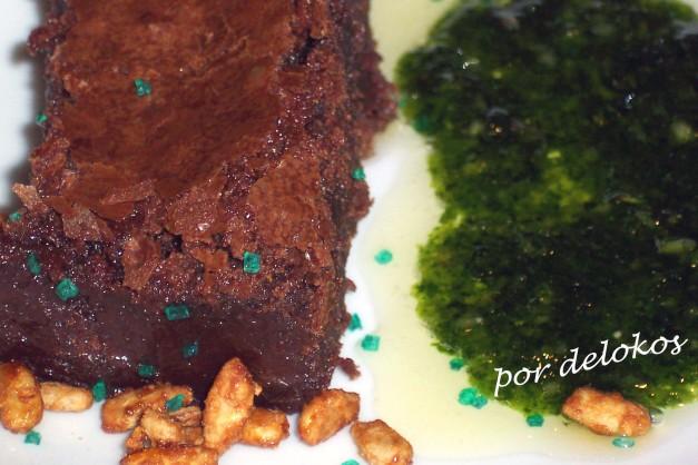 Pastel de chocolate fundido con pesto dulce de hierbabuena