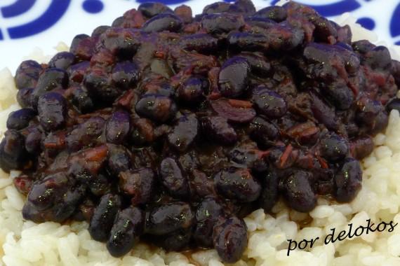 Frijoles negros guisados con arroz graneado, por delokos