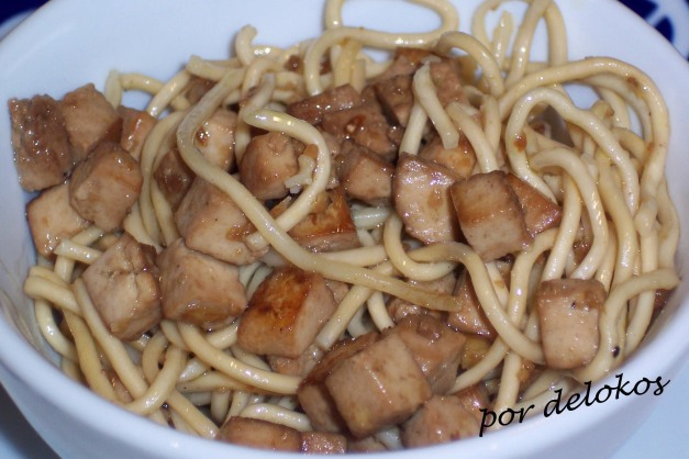 Fideos chinos con tofu ahumado marinado