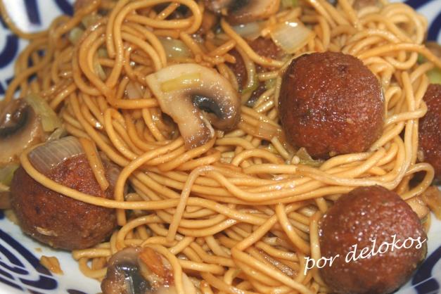 Fideos chinos salteados con champiñones y albóndigas de lentejas