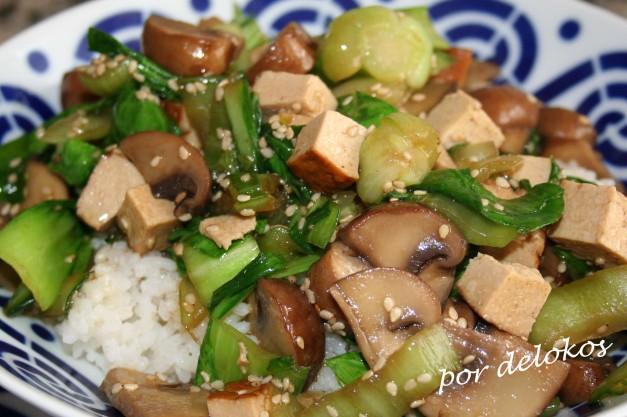 Pak choi salteado con portobello y tofu