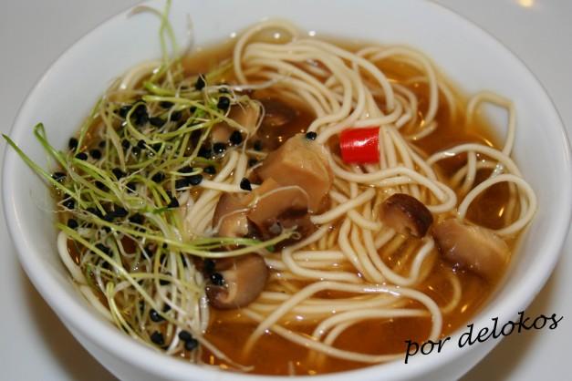Sopa de noodles con tofu ahumado, shitake y germinado de cebolla