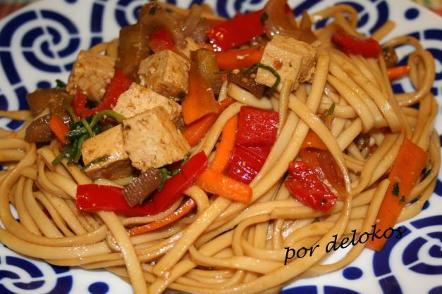 Wok de fideos soba con tofu ahumado