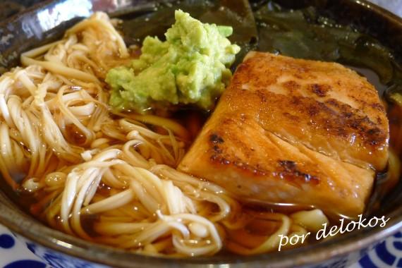 Fideos con salmón y enoki, por delokos