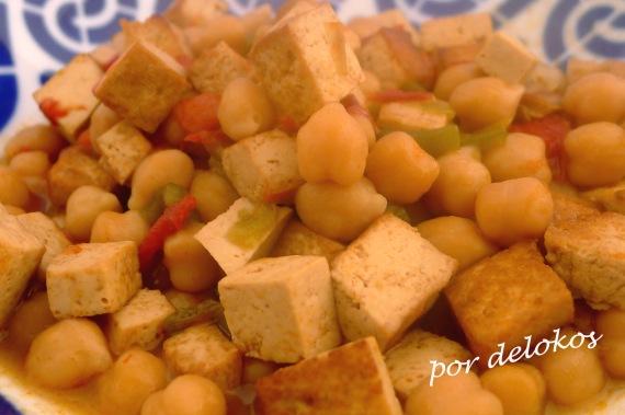 Garbanzos con pimientos y tofu ahumado, por delokos