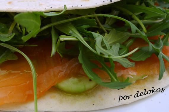 Piadina de pepino, salmón ahumado y rúcula, por delokos