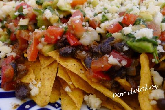 Totopos con frijoles y salsa pico de gallo, por delokos