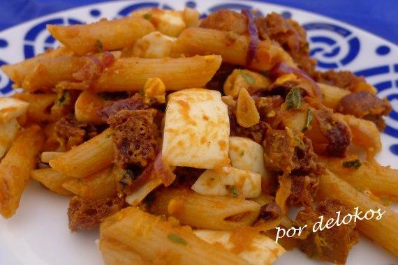 Pasta salteada con tomate, pan y huevo, por delokos