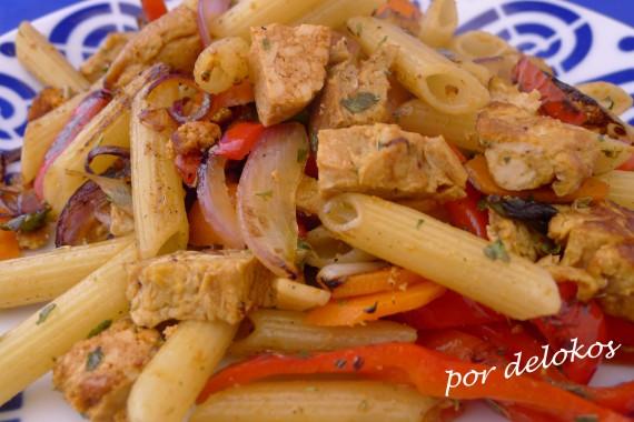 Pasta salteada con tortilla picante y tofu, por delokos