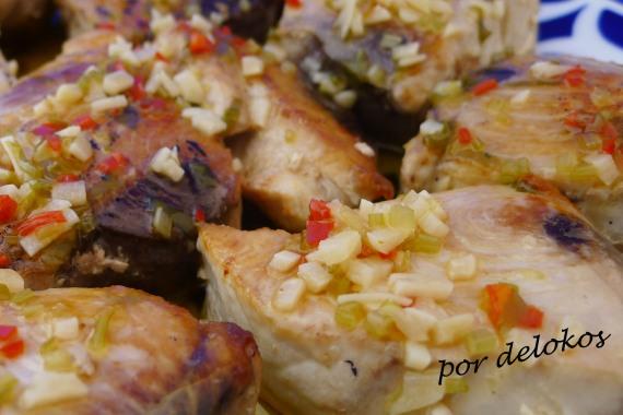 Bonito a la plancha con salsa de ajo, limón y cilantro, por delokos