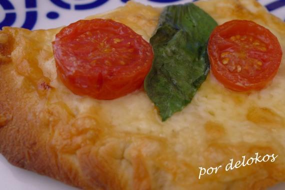 Pizza bianca caprese, por delokos