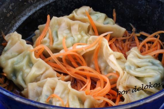 Gyozas en tazón con fideos de zanahoria, por delokos