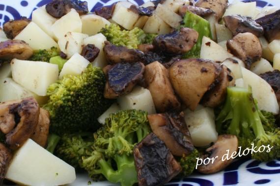 Brécol al vapor con patatas y champiñones, por delokos