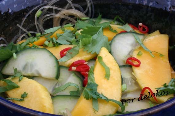 Ensalada de pepino y mango con fideos, por delokos