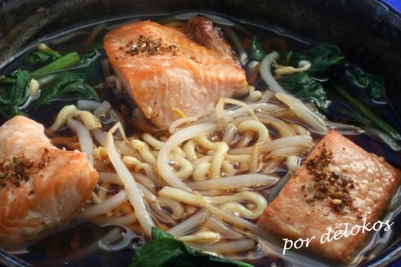 Fideos ramen con salmón teriyaki, por delokos