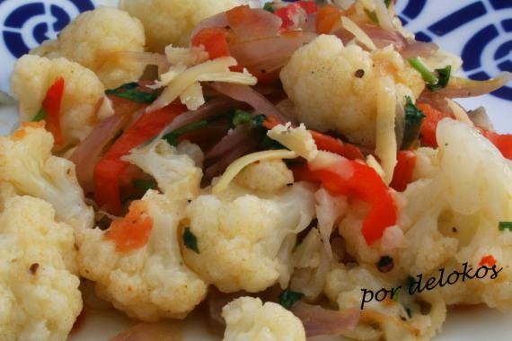 Coliflor con verduras y jalapeños, por delokos