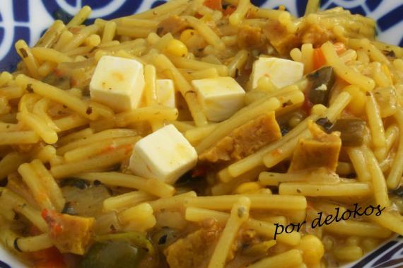 Fideos guisados con seitán y queso, por delokos
