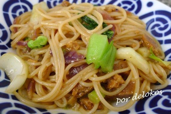 Fideos de arroz con pak choi y seitán, por delokos