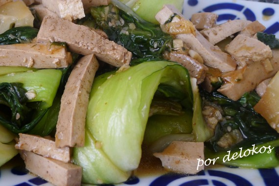 Pak choi guisado con tofu, por delokos