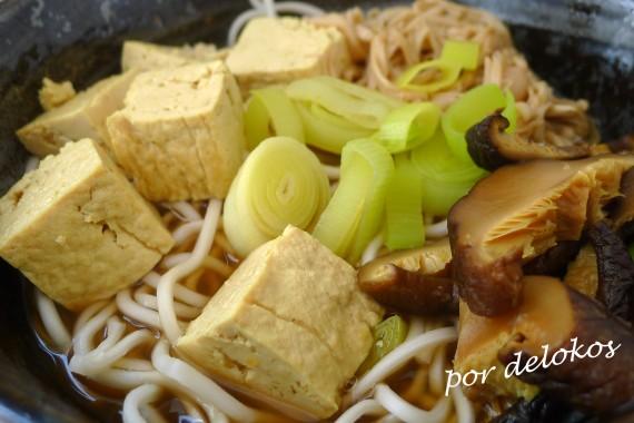 Fideos ramen con setas y tofu japonés, por delokos