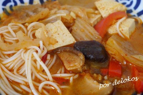 Kimchi jjigae vegetariano, por delokos