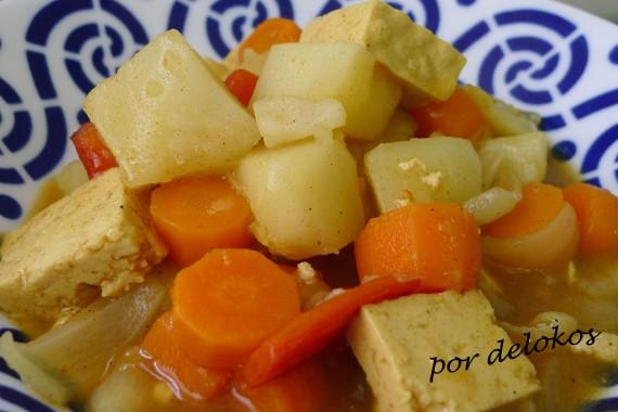 Guiso de patatas y tofu con curry japonés, por delokos
