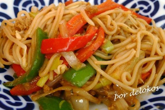 Fideos chinos salteados con verduras y seitán, por delokos