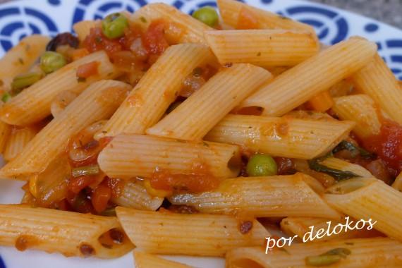 Pasta con salsa de verduras picante, por delokos