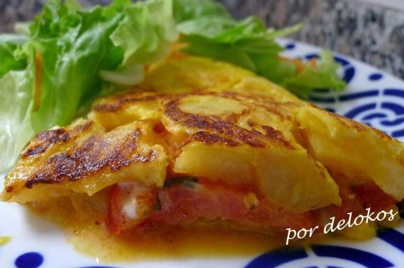 Tortilla de prtata rellena de tomate y queso de Arzúa, por delokos