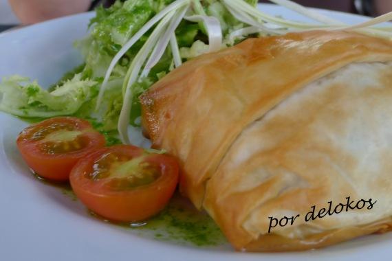 Puerro y cebolla caramelizada con soja, envueltos en pasta filo crujiente con ensalada, Essência Restaurante Vegetariano, Oporto