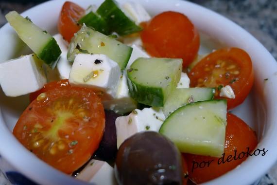 Ensalada de tomate, pepino, queso feta y aceitunas, por delokos
