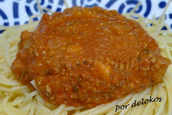 Pasta con salsa de tomate, carne y verduras, por delokos