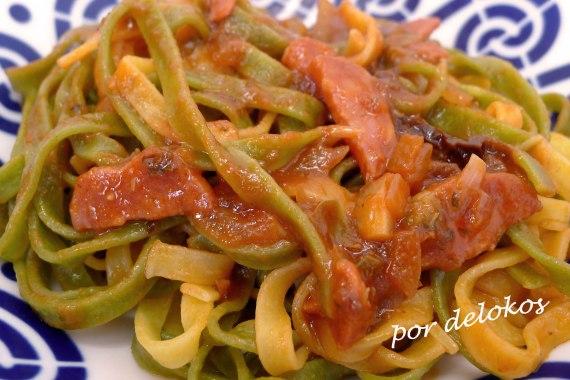 Pasta con tomate, salami y fuet, por delokos