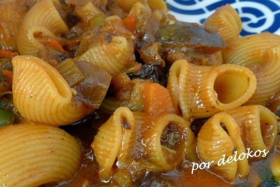 Pasta guisada con verduras y tomates secos, por delokos