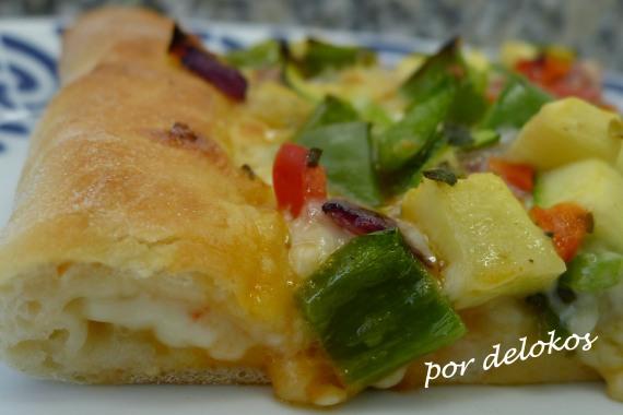 Pizza de verduras rellena de queso, por delokos