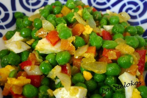 Guisantes salteados con verduras y huevo, por delokos