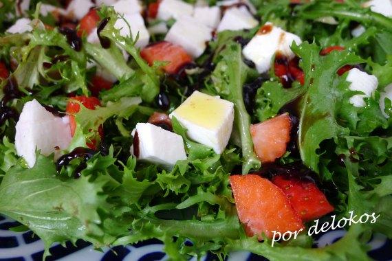 Ensalada de escarola, fresas y queso fresco, por delokos