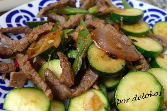 Wok de verduras con ternera, por delokos