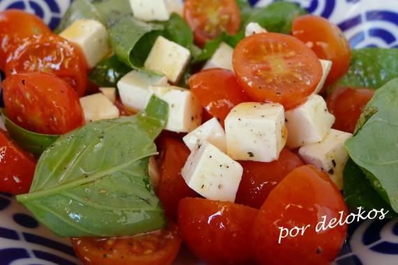 Ensalada de feta, tomate y albahaca, por delokos