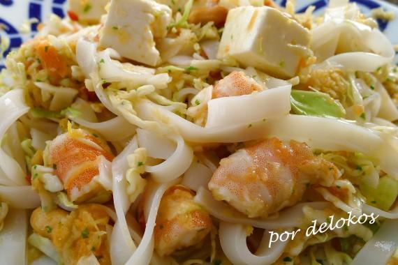 Ensalada oriental con langostinos y queso fresco, por delokos