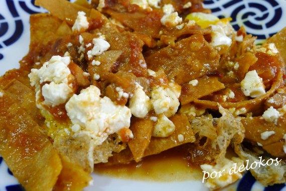 Chilaquiles rojos con pollo, por delokos