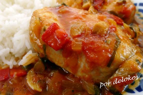 Bonito guisado con tomate y champiñones, por delokos