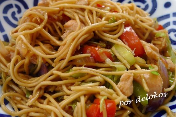 Wok de fideos con verduras y salmón, por delokos