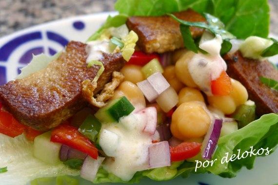 Ensalada de garbanzos y tofu frito, por delokos