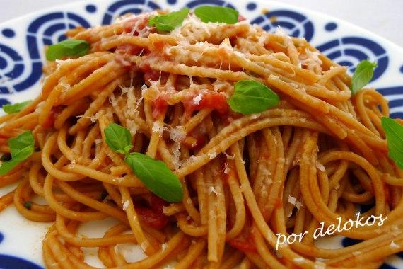 Pasta integral con tomate y albahaca, por delokos