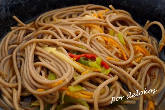 Fideos soba con verduras y chile, por delokos
