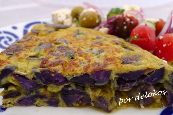 Tortilla española de patatas violeta, por delokos