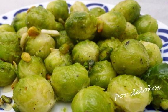 Coles de Bruselas salteadas con pistachos, por delokos